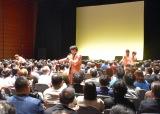 客席に降りてパフォーマンスをする純烈=お笑いライブ『タイタンライブ』2月公演 (C)ORICON NewS inc.