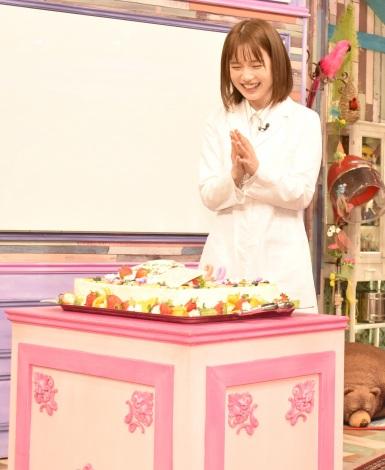 誕生日ケーキ登場に笑顔の弘中綾香アナウンサー=バラエティ番組『激レアさんを連れてきた。』囲み取材 (C)ORICON NewS inc.