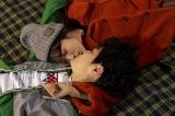 ドラマ『鈍色の箱の中で』第2話(2月15日放送)より。あおい(岡本夏美)と悟(望月歩)のキスシーンは極寒のナイターロケ(C)テレビ朝日
