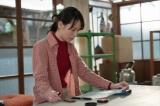 連続テレビ小説『スカーレット』第18週・第103回より。窯焚きに使う薪代で借金する喜美子(C)NHK
