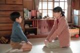 連続テレビ小説『スカーレット』第18週・第103回より。八郎と別居していることについて武志(中須翔真)に話す喜美子(C)NHK