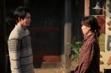 連続テレビ小説『スカーレット』第18週・第104回より。穴窯を2週間たき続けるというのは本当か。と喜美子に聞く八郎(C)NHK
