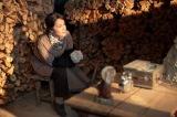 連続テレビ小説『スカーレット』第18週・第105回より。火の番をするマツ(富田靖子)(C)NHK