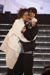 アミューズ若手俳優の登竜門『ハンサムライブ』に帰還し、松岡広大にハグされる神木隆之介(右)
