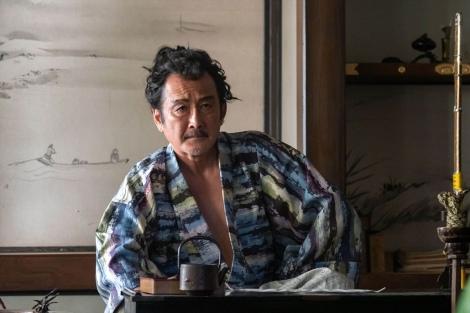大河ドラマ『麒麟がくる』第5回(2月16日放送)より。鉄砲の抑止力について語る松永久秀(吉田鋼太郎)(C)NHK
