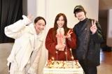 『シロでもクロでもない世界で、パンダは笑う。』に出演中の山口紗弥加の誕生日をW主演の清野菜名と横浜流星がお祝い (C)読売テレビ