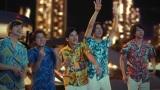 新テレビCM『ハワイで パズドラ 』 篇に出演する嵐