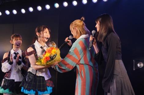 一足先に1000回を達成した村山彩希(右)と岡田奈々(右から2人目)が祝福に駆けつけた(C)AKS