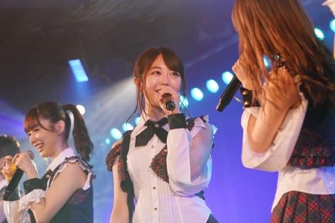 AKB48劇場公演1000回出演を達成した最後の1期生・峯岸みなみ(右から2人目)(C)AKS