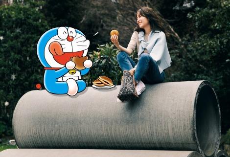 サムネイル ドラえもんが『Oggi』4月号で泉里香と共演(C)Fujiko-Pro