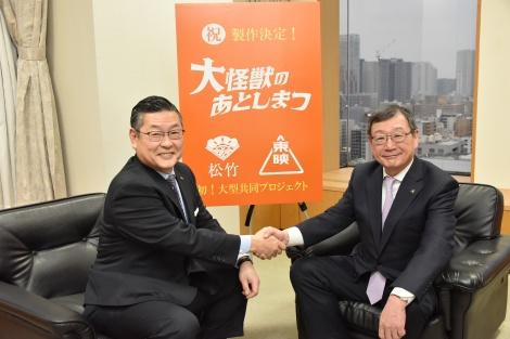 特撮映画『大怪獣のあとしまつ』より(左から)松竹・迫本社長、東映・多田社長