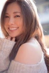 笑顔を見せる白石麻衣