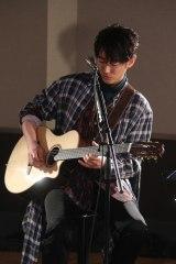 アコースティックアレンジで全7曲を披露したDEAN FUJIOKA