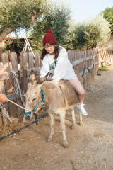 イタリアで撮影された与田祐希2nd写真集『無口な時間』=シチリア島・アグリジェントの牧場でポニーに乗る