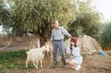 シチリア島アグリジェント郊外の牧場でアグリジェントヤギと牧場のジョルジョおじいさんと=与田祐希写真集『無口な時間』(C)光文社 撮影・菊地泰久より