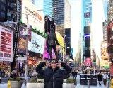 柳楽優弥アニバーサリーブック『やぎら本』(SDP)より。ニューヨーク市内の名所・タイムズスクエアで撮影されたオフショット