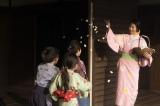 大河ドラマ『麒麟がくる』第9回(3月15日放送)花を散らして子どもたちと遊ぶ熙子(木村文乃)
