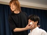 メンズメイクを施す高橋弘樹氏