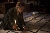 映画『ストーリー・オブ・マイライフ/わたしの若草物語』原稿用紙を部屋いっぱいに広げて自分の文章を確認するジョー(シアーシャ・ローナン)