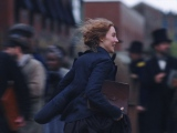映画『ストーリー・オブ・マイライフ/わたしの若草物語』ニューヨークの街を颯爽と駆け抜けるジョー(シアーシャ・ローナン)