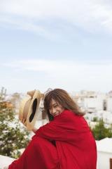 秋元真夏2ndソロ写真集『しあわせにしたい』誌面カット(撮影/倉本 GORI)