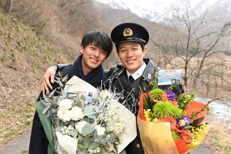 日曜劇場『テセウスの船』 主演の竹内涼真(左)と父親役の鈴木亮平が父子揃ってクランクアップ(C)TBS