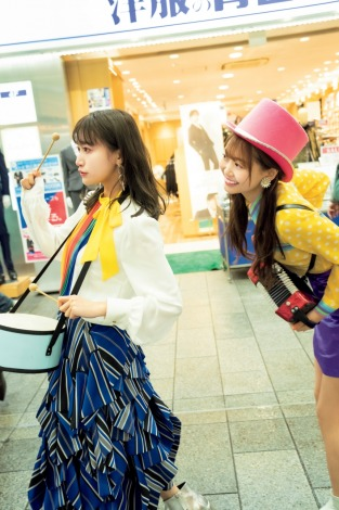『FLASHスペシャルグラビアBEST2020年早春号』に登場したi☆Risの芹澤優、茜屋日海夏(C)西村康、光文社