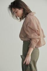 『Oggi』5月号でトレンドのシャツを華麗に披露する滝沢カレン