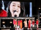 室田瑞希が「君だけじゃないさ…friends」をソロ歌唱。同期の佐々木莉佳子(左から4人目)は号泣