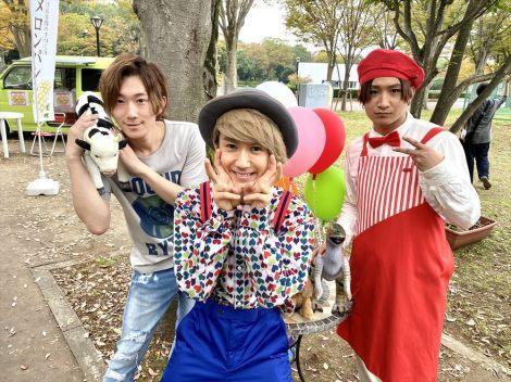 NHK連続テレビ小説『エール』の撮影時のオフショット(左から)春斗、末吉9太郎、綾介