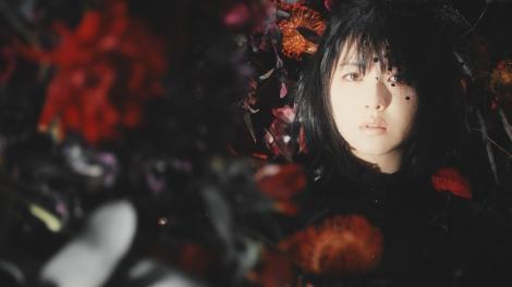 Aimer新曲「春はゆく」MV主演の浜辺美波