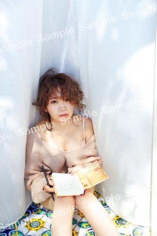 秋元真夏2ndソロ写真集『しあわせにしたい』TSUTAYA限定ポストカード