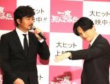 映画『一度死んでみた』公開初日記念イベントに登場した小澤征悦(左)と吉沢亮 (C)ORICON NewS inc.
