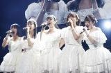 こぶしの花のような白のドレスで歌い上げるこぶしファクトリー(左から)野村みな美、井上玲音、浜浦彩乃、和田桜子、広瀬彩海