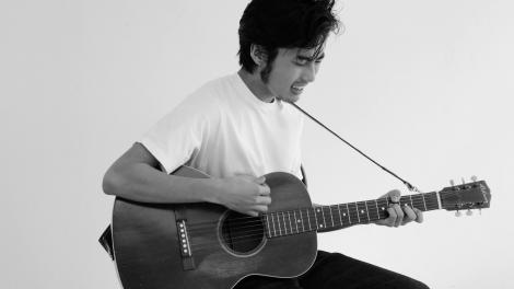 アコースティックギターを爪弾きながら「シェリー」を熱唱