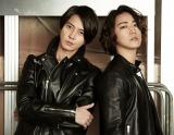 山下智久(左)と亀梨和也による「亀と山P」 新アルバムリード曲「Amor」のMV公開