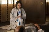 大河ドラマ『麒麟がくる』第12回「十兵衛の嫁」より。帰蝶(川口春奈)は病床の信秀を訪ね、真意を聞き出す(C)NHK