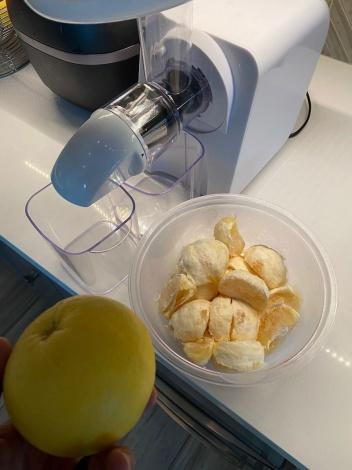 自宅の庭でできたグレープフルーツを絞ってジュースを作る様子 (写真は公式ブログより)