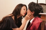 新日曜ドラマ『美食探偵 明智五郎』第一話に出演した小池栄子、中村倫也 (C)日本テレビ