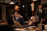 第15回より。志津(堀田真由)と裕一(窪田正孝)が交際できるように、川俣銀行総出で接吻大作戦を決行する(C)NHK