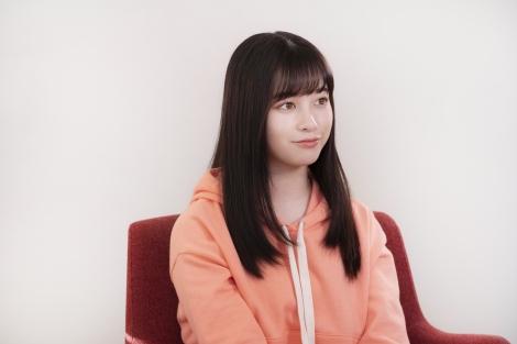 『BookLive!』の新テレビCM「全巻読破」篇に出演する橋本環奈のインタビューカット