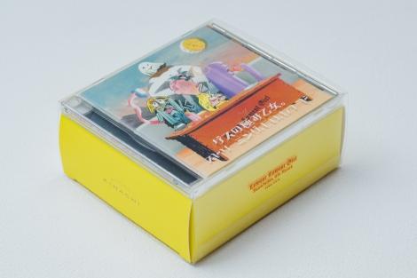 """""""賞味期限付き""""アルバムはCDケース(CDは入っていない)とKIHACHI特製バームクーヘン入りの箱がセットに"""