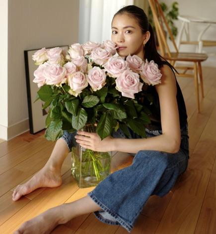 サムネイル コロナの影響で深刻なフラワーロス軽減の一助に。オンライン限定の花屋「from somewhere flowers(フロムサムウェアフラワーズ)」とモデルの矢野未希子がコラボレーション