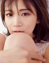 秋元真夏2ndソロ写真集『しあわせにしたい』HMV版表紙カット