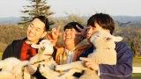 新番組『バナナドライ部』テレビ朝日系で5月17日放送。生まれたての子羊に大興奮の3人(C)テレビ朝日