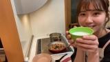牛乳をたっぷり投入する清水麻璃亜(C)AKB48