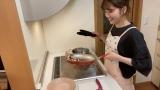 「和風カルボナーラ」を作る清水麻璃亜(C)AKB48