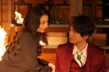 『美食探偵 明智五郎』(毎週日曜 後10:30)第6話場面カット(左から)小池栄子、中村倫也 (C)日本テレビ