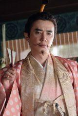 最終的に光秀と織田信長の前に大きな敵としてたちはだかることになる朝倉義景(ユースケ・サンタマリア)(C)NHK