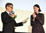 映画『ダンスウィズミー』の初日舞台あいさつに登壇した(左から)矢口史靖監督、三吉彩花 (C)ORICON NewS inc.
